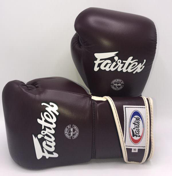 Guante de boxeo Fairtex bgv6 Maroon de color negro y letras blancas