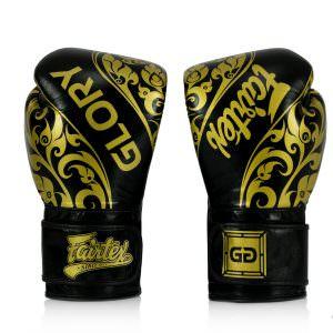 Guante de boxeo Fairtex Glory de color negro con letras doradas