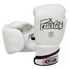 guante de boxeo Fairtex bgv6 de piel y color blanco